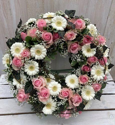 kranz-urnenwand-rosa-weiss5D05A7BB-3D0A-FF68-3760-DC7A38DF8EE7.jpeg